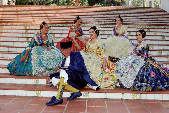 Falleras y presidente de la Falla La Mercé de Burriana